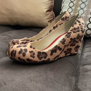 CL by Laundry leopard print wedge sz 6 never worn